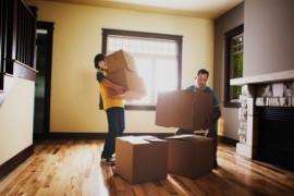 Un père et son fils qui transportent des cartons pendant leur déménagement