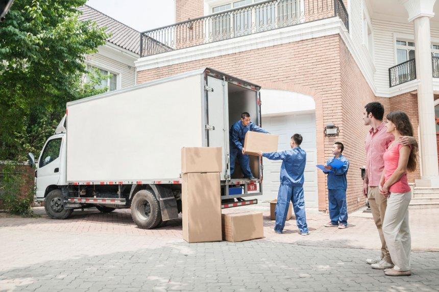 Couple qui a confié son déménagement à des déménageurs professionnels