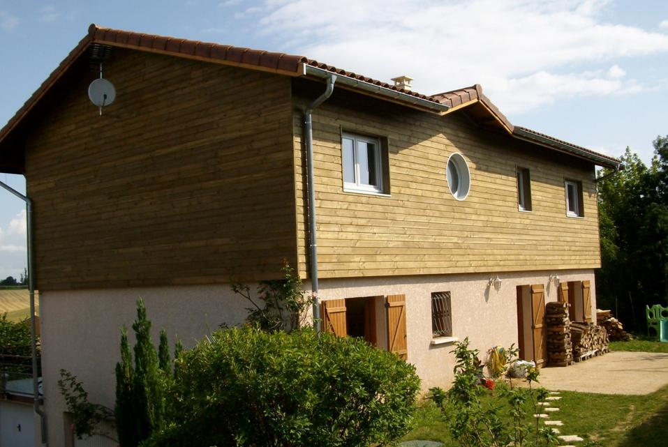 Exemple d'agrandissement avec une surélévation en bois réalisé par Espace Viveo